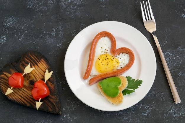 Salsichas e tomates em forma de coração para dia dos namorados
