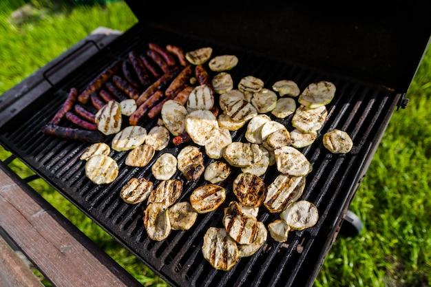 Salsichas e vegetais grelhados da carne. churrasco de verão.