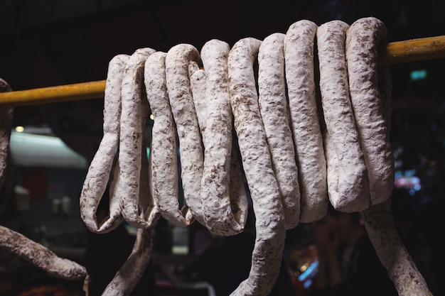 Salsichas entregando no balcão de carne