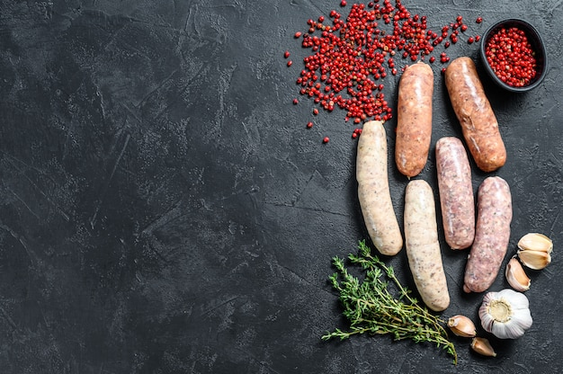 Salsichas frescas sortidas com tomilho, alho e pimenta.