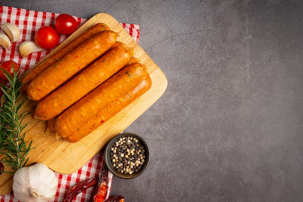 Salsichas fritas com especiarias e ervas