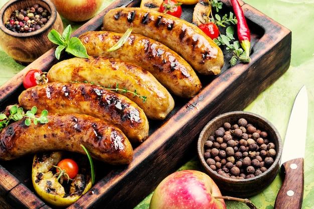 Salsichas fritas com especiarias e maçã