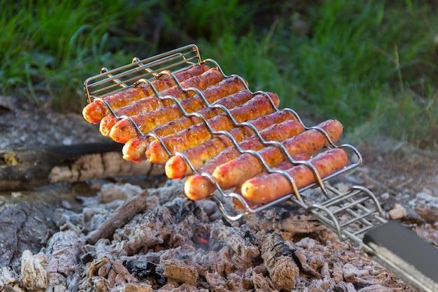 Salsichas fritas em fogo