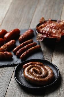 Salsichas fritas saborosas. comida tradicional alemã