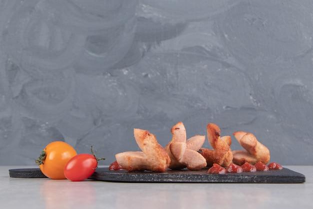 Salsichas grelhadas caseiras no quadro negro.