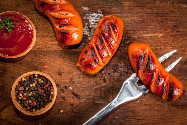 Salsichas grelhadas com ketchup e especiarias