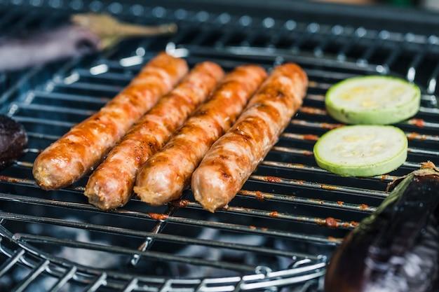 Salsichas grelhadas com legumes e abobrinha