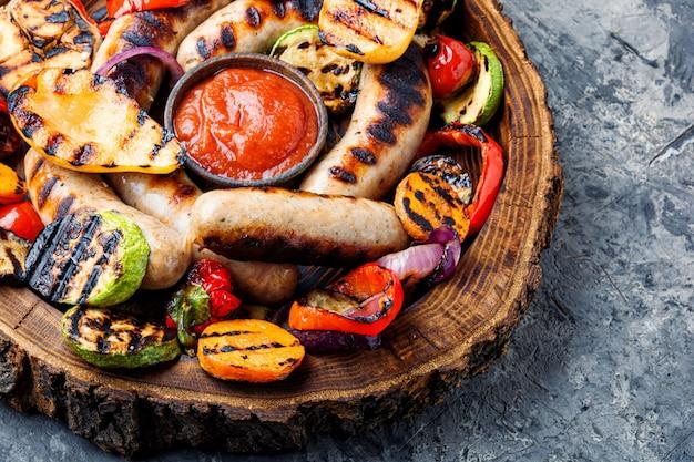 Salsichas grelhadas com legumes