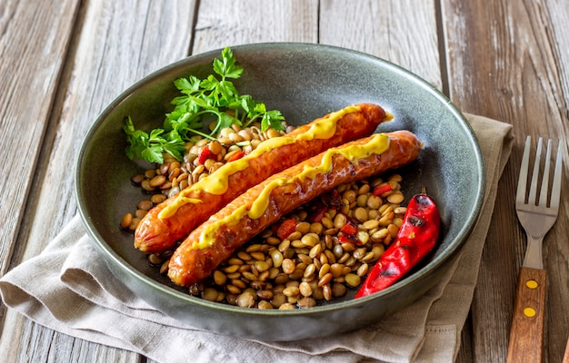 Salsichas grelhadas com lentilhas. cozinha alemã. receitas.