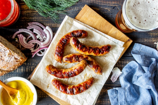 Salsichas grelhadas com mostarda e cerveja. cozinha alemã.