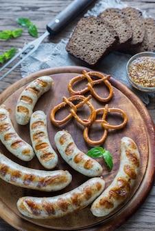 Salsichas grelhadas com pretzels