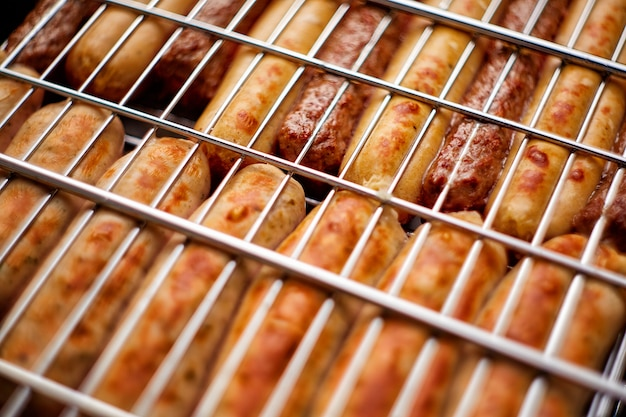 Salsichas grelhadas de carne assada e cordeiro na grelha para churrasco