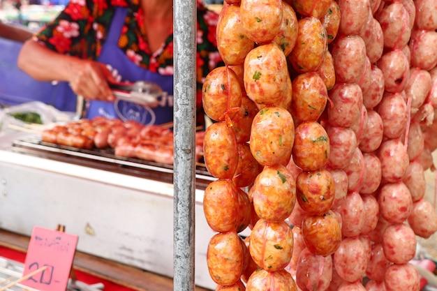 Salsichas grelhadas na comida de rua