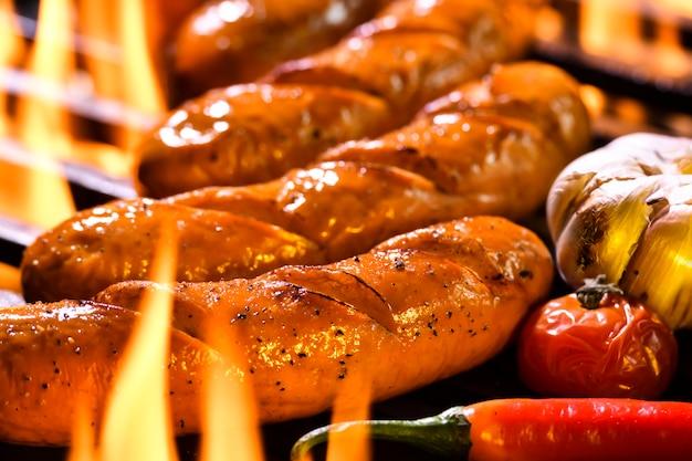 Salsichas grelhadas na grelha flamejante
