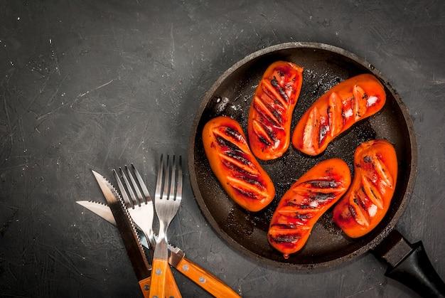 Salsichas grelhadas na panela
