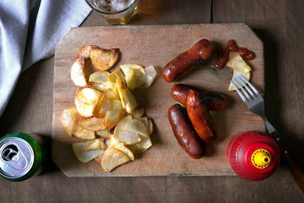 Salsichas grelhadas, preparadas na grelha