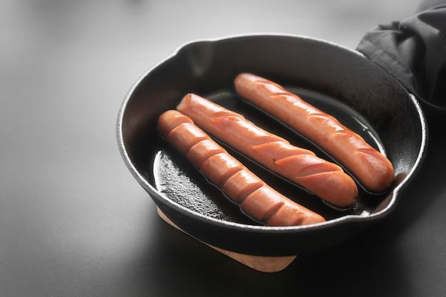 Salsichas na frigideira
