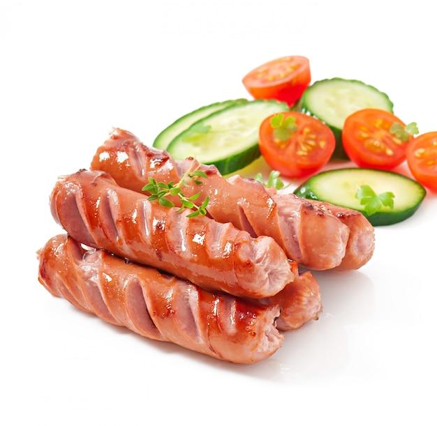 Salsichas na grelha e salada