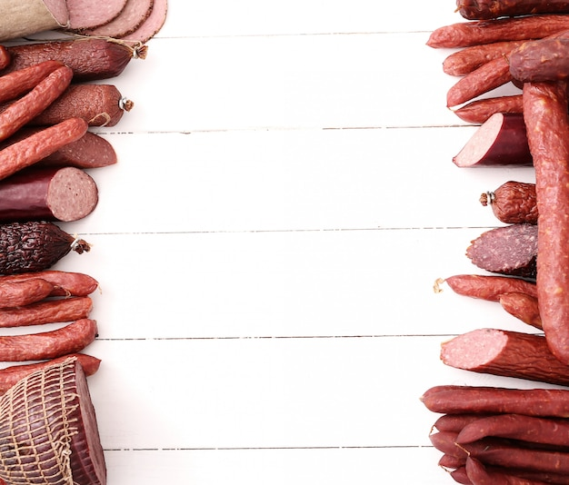 Salsichas na mesa de madeira