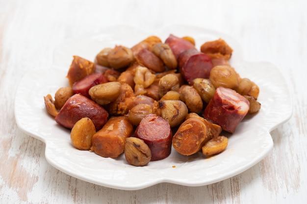 Salsichas portuguesas com castanhas no prato branco