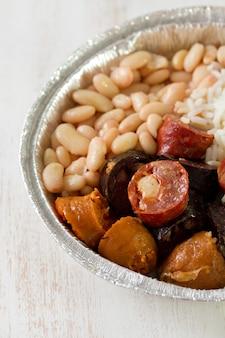 Salsichas portuguesas típicas com arroz e feijão