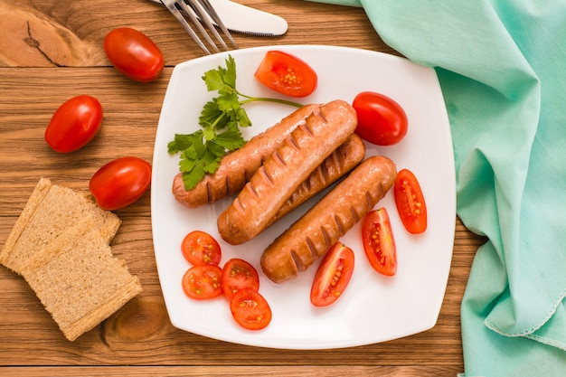 Salsichas, tomates e pão. vista de cima