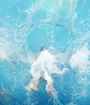 Saltando na piscina de verão
