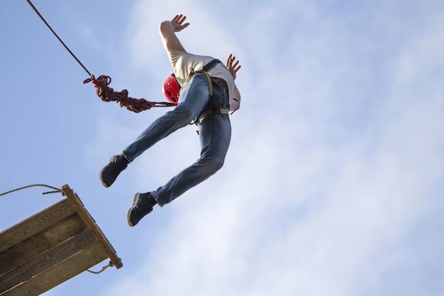 Saltar com uma cordavole para baixo na corda envolva-se em ropejumping hobbies perigosos