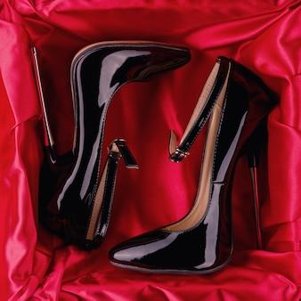 Salto alto de estilete de couro brilhante com tira no tornozelo