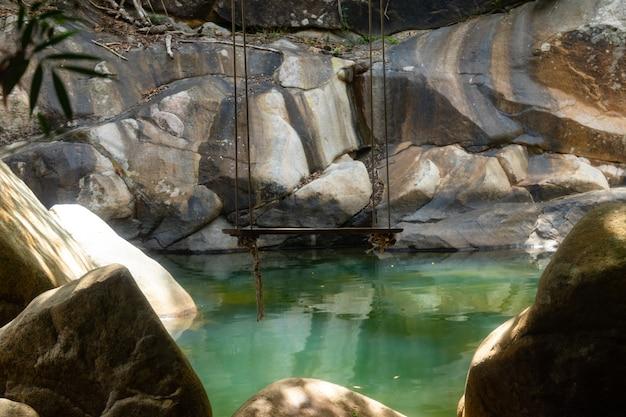 Salto de penhascos nas cachoeiras de ba ho na província de khanh hao, vietnã