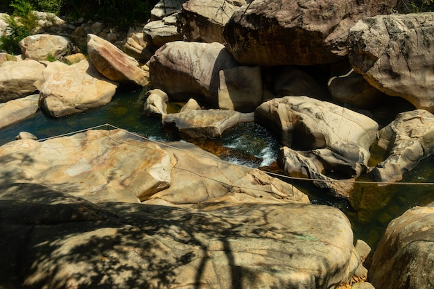 Salto de penhascos nas cachoeiras de ba ho na província de khanh hoa, vietnã