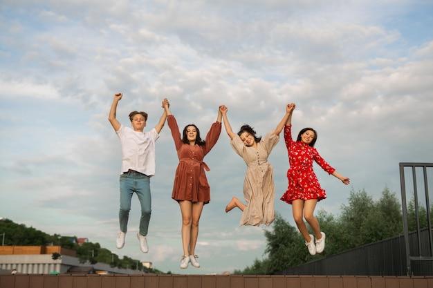 Salto em grupo de jovens no verão
