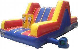 Salto inflável, as crianças