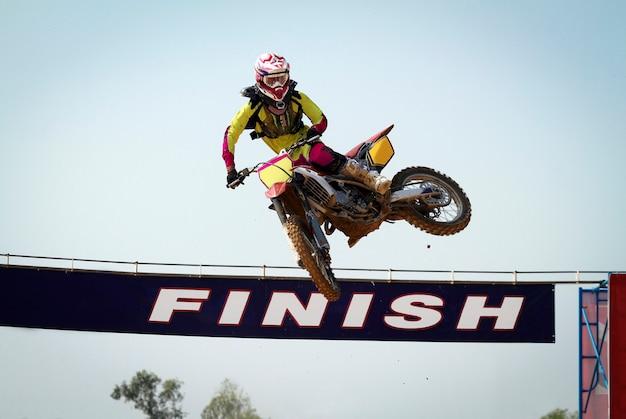 Salto vencedor do motocross