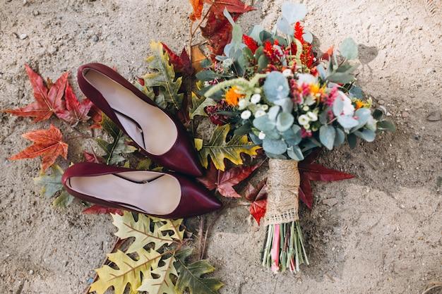 Saltos de mulher e buquê de casamento