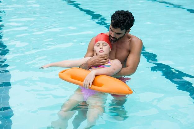 Salva-vidas resgatando garota inconsciente da piscina