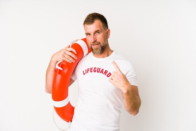 Salva-vidas sênior homem na parede branca, apontando com o dedo para si mesmo