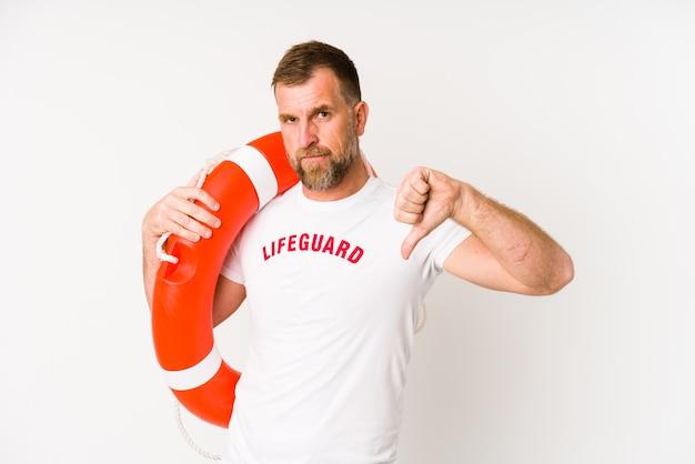 Salva-vidas sênior isolado na parede branca, mostrando um gesto de antipatia, polegares para baixo. conceito de desacordo.