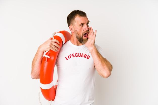 Salva-vidas sênior isolado no espaço em branco, gritando e segurando a palma da mão perto da boca aberta.