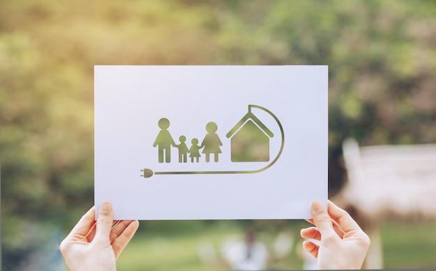 Salvar a conservação ambiental da ecologia do mundo com as mãos segurando um recorte mostrando a família de ecologia amorosa da terra