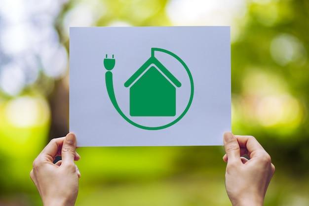 Salvar a conservação ambiental da ecologia mundial com as mãos segurando a exibição de papel cortado
