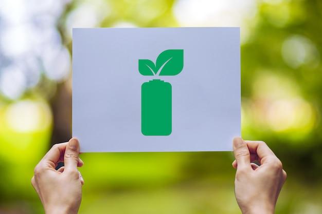 Salvar a conservação ambiental da ecologia mundial com as mãos segurando deixa a exibição de economia de energia da bateria