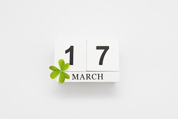 Salvar o calendário de bloco branco de data para o dia de patrick