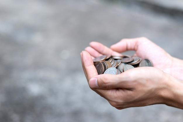 Salve o conceito de dinheiro com moedas de exploração de mão