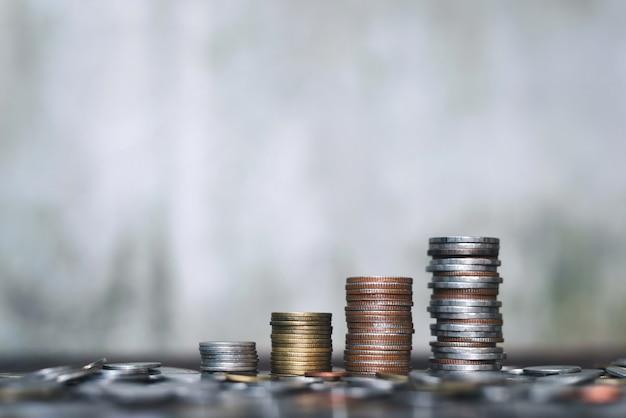 Salve o conceito de dinheiro com negócios de crescimento de pilha de moeda em abstrato