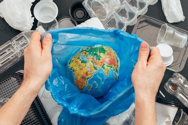 Salve o planeta. conceito de ecologia. reciclagem de plástico. poluição da terra. proteção ambiental. estilo de vida de desperdício zero