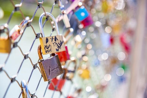 Salzburg áustria 9 de abril de 2015 cadeados do amor pendurados na cerca de arame de uma ponte