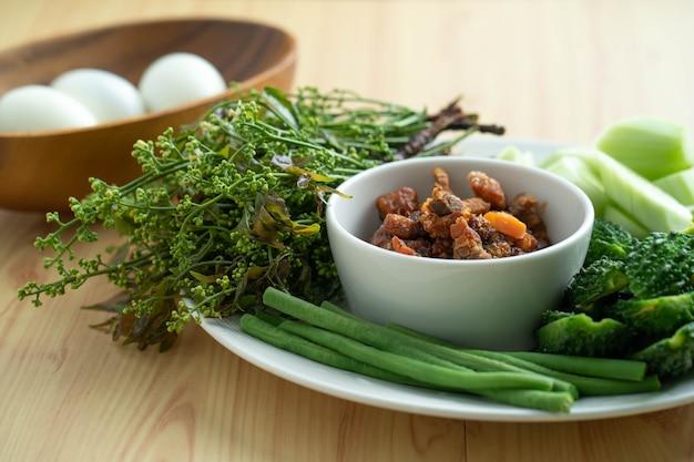 Sambal de porco tailandês com legumes no vapor e ovos cozidos.