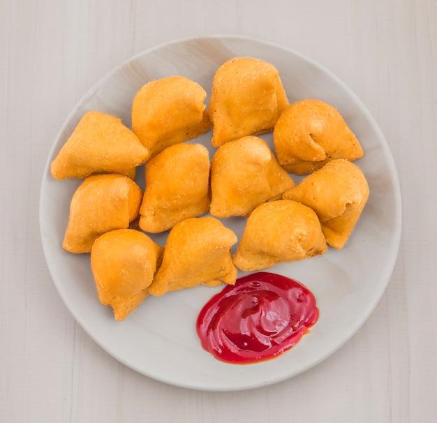 Samosa com chutney vermelho doce