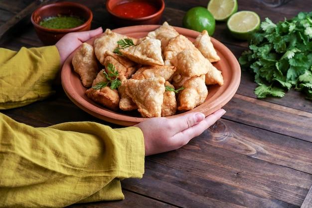 Samosa massa frita / assada com recheio saboroso, petiscos indianos populares
